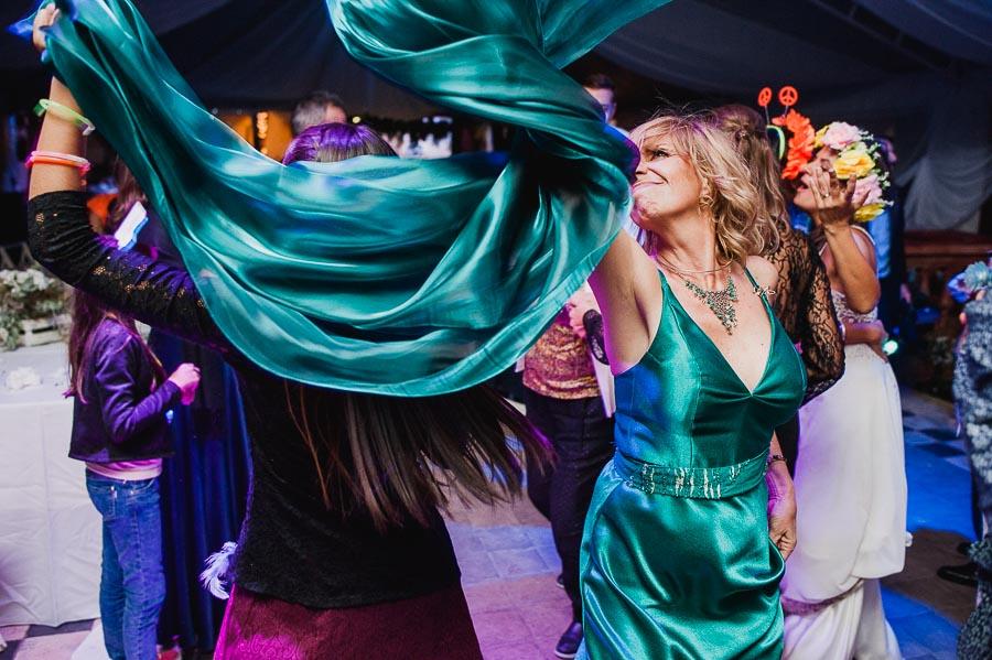 madre de la novia bailando alegremente