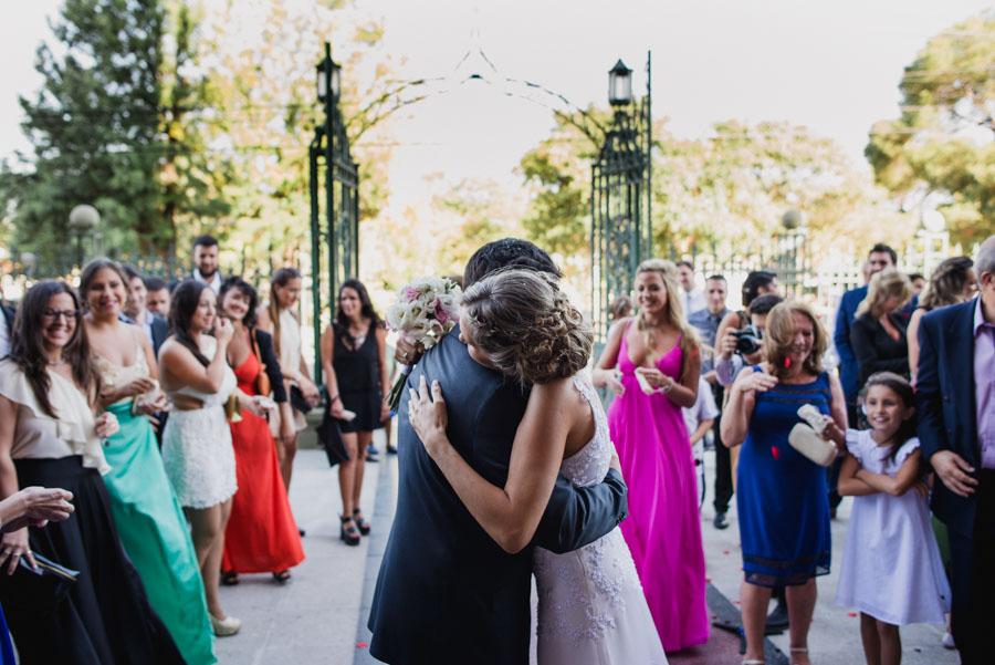 abrazo de los recién casados