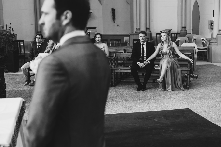 los invitados observan atentos el ritual del casamiento