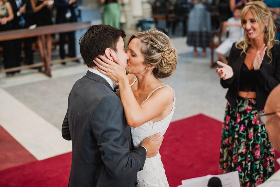 el beso, sello del amor, tradición en la ceremonia de matrimonio
