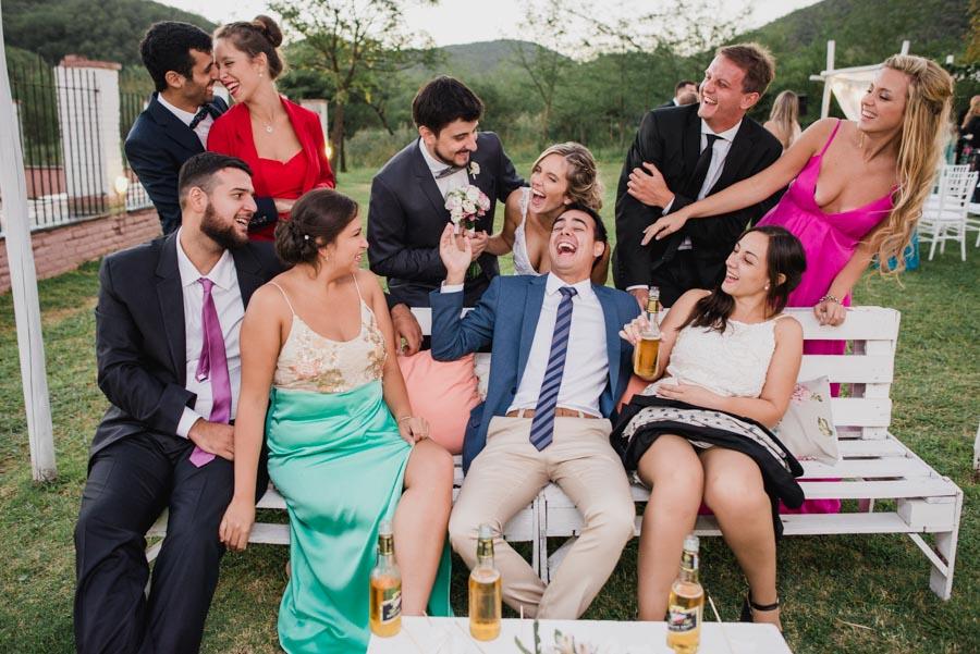 retrato de los novios con amigos