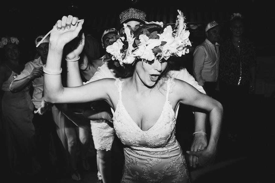 invitados al casamiento bailando