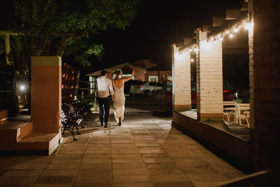 Fin de la Fiesta, los recién casados saludando