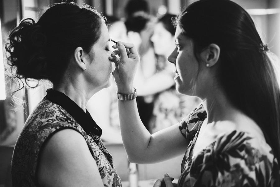 la madre de la novia y su hermana retocándose el maquillaje