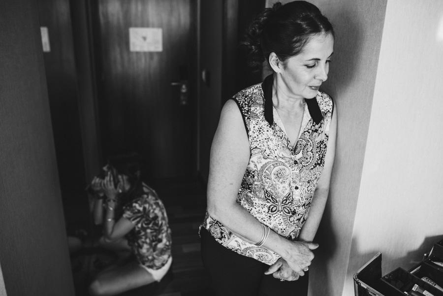 La novia se cambia en el baño mientras su hermana se maquilla y su madre esperándola