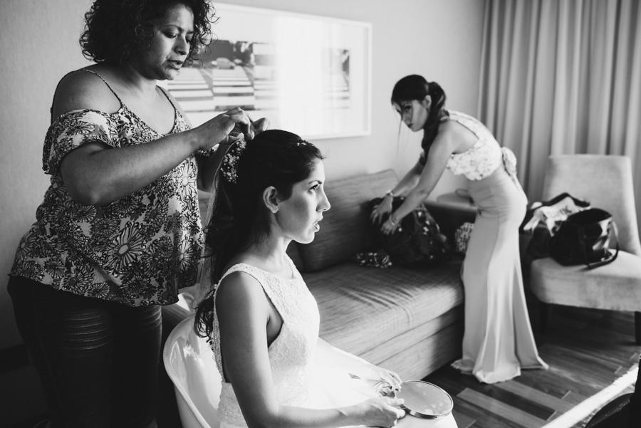 últimos retoques en el cabello de la novia