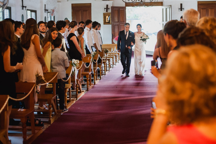 Emilia ingresa de la mano de su padre a la capilla