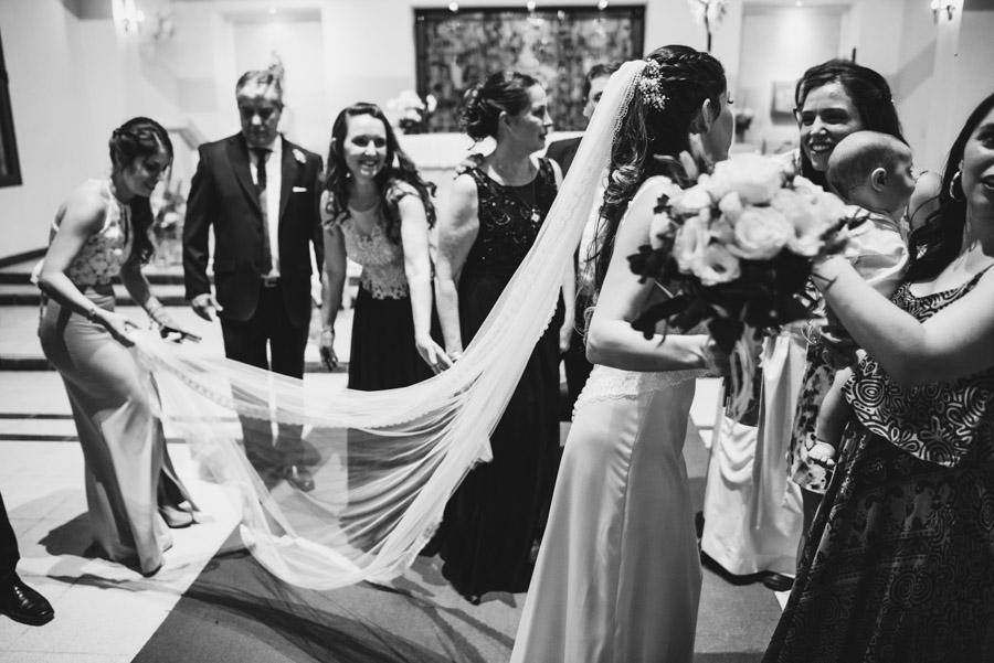 la hermana de Emilia trata de no estropear el velo, mientras saluda a la familia