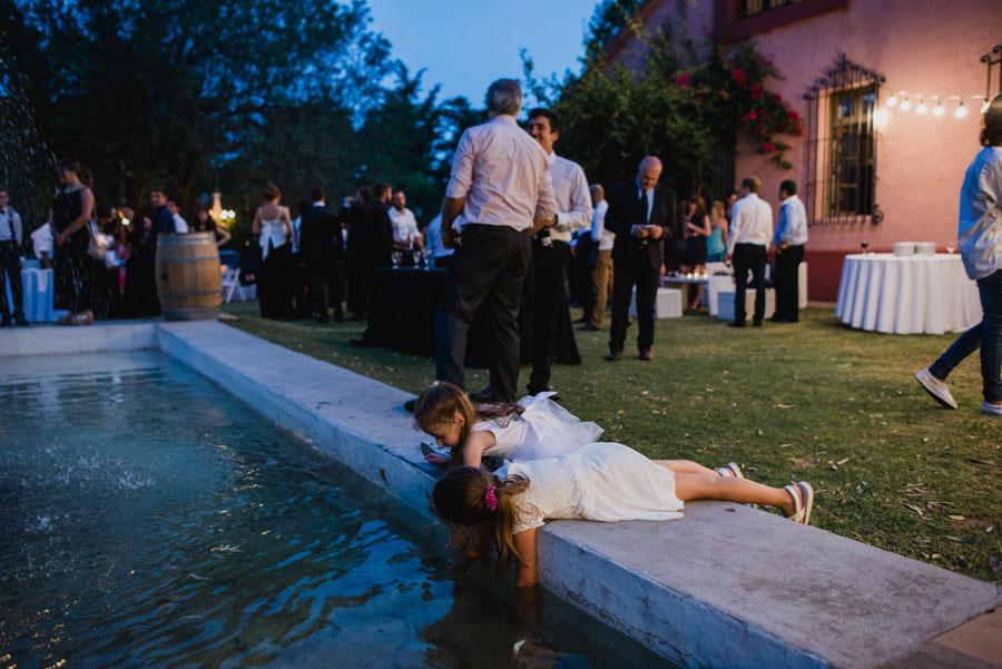 niños jugando con agua en el patio de del salón La Quinta Casona