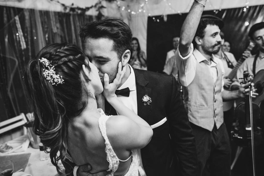 beso entre los recién casados