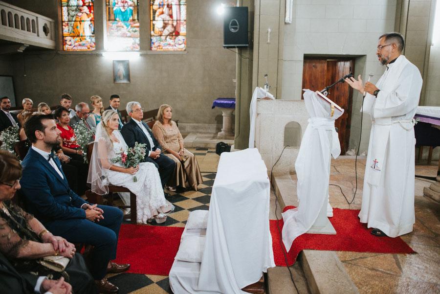 cura celebrando la unión religiosa