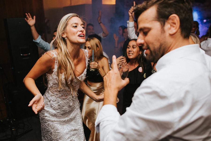 Recién casados bailando