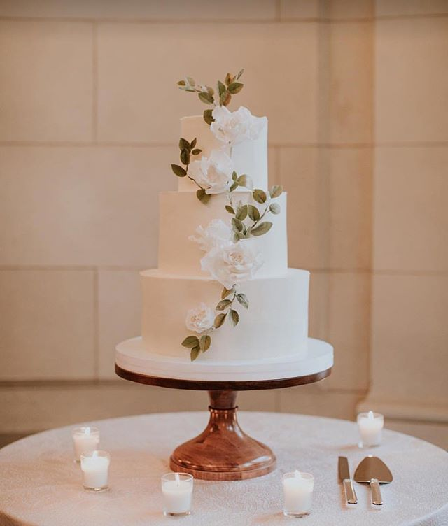 I don't know if this cake made it into the @washingtonianweddings feature because I am off for the holidays without a copy, but I do know it was a total delight to make it for a wonderful couple and the amazing @agriffinevents, and a privilege to have it displayed at @meridianhouse and photographed by @laurenlouisecollective! Happy New Year to one and all and may 2019 bring more smooth buttercream and sugar flowers :)