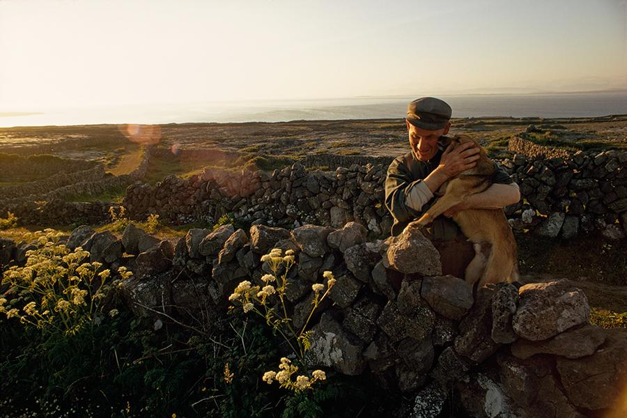 Un agricoltore abbraccia il suo cane,Isola di Inishmore, Irlanda,1971\WINFIELD PARKS, NATGEO CREATIVE