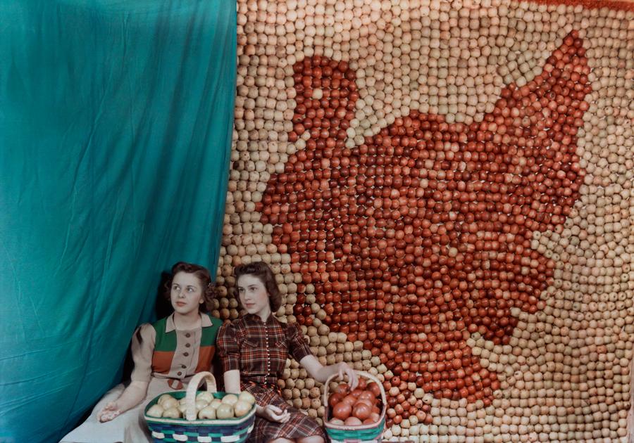 Ragazze di fronte alla rappresentazione di un tacchino fatta di mele, West Virginia,1939\B. ANTHONY STEWART, NATGEO