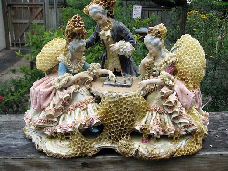 L'artista Aganetha Dyck collabora con le api per realizzare le sue sculture in cera