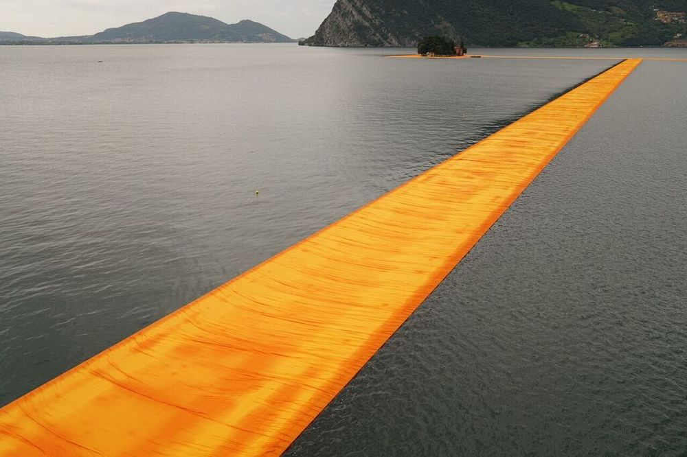 christo-the-floating-piers-06.jpg