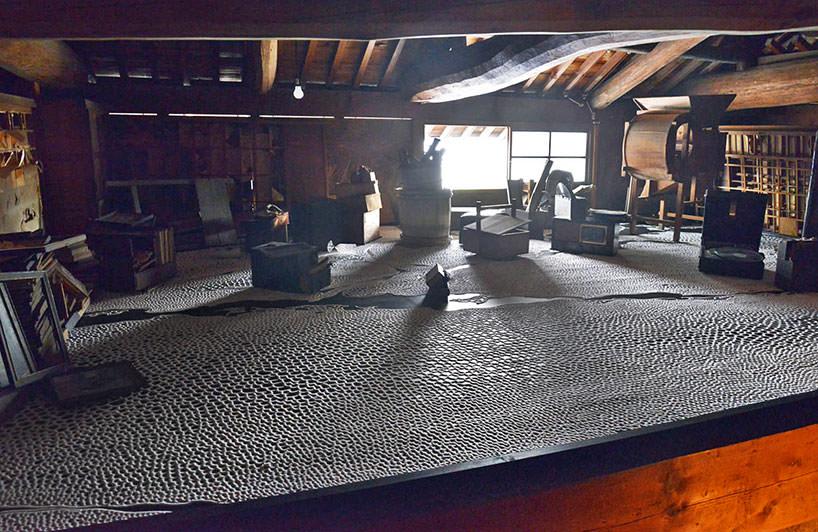 L'installazione site di Motoi Yamamoto occupa il pavimento di una casa tradizionale