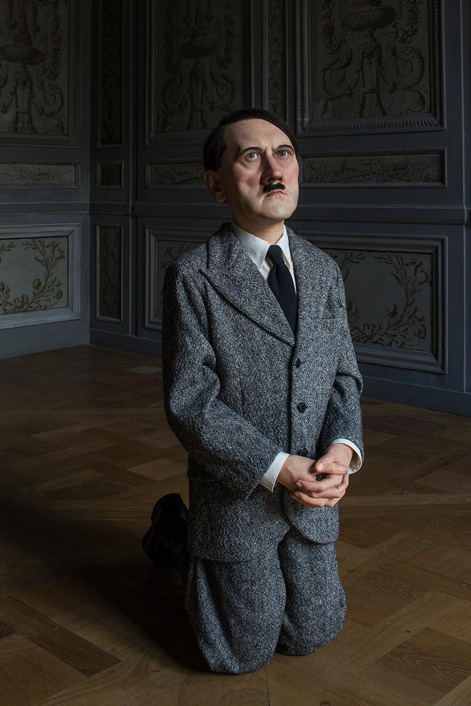 Maurizio Cattelan: him, 2001 | resina di poliestere, cera, capelli umani, abiti, scarpe