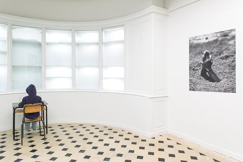 Maurizio Cattelan: charlie don't surf, 1997 | manichino, tavolo e sedia scolastici, abiti, pittura, scarpe, matite| mother, 1999 | foto in bianco e nero