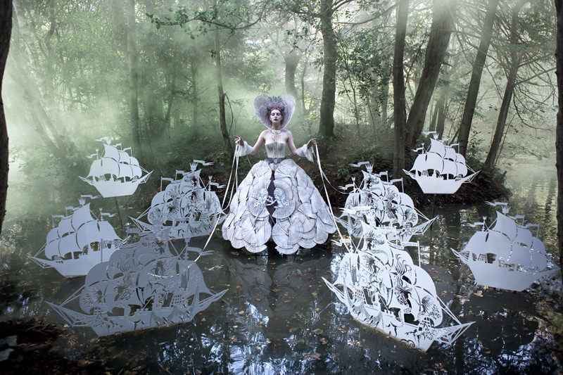"kirsty mitchell, wonderland series, foto: ""the queens armada"""