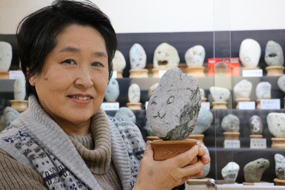 Il museo delle rocce che sembrano facce a Chichibu in Giappone; la ciratrice Yoshiko Hayama