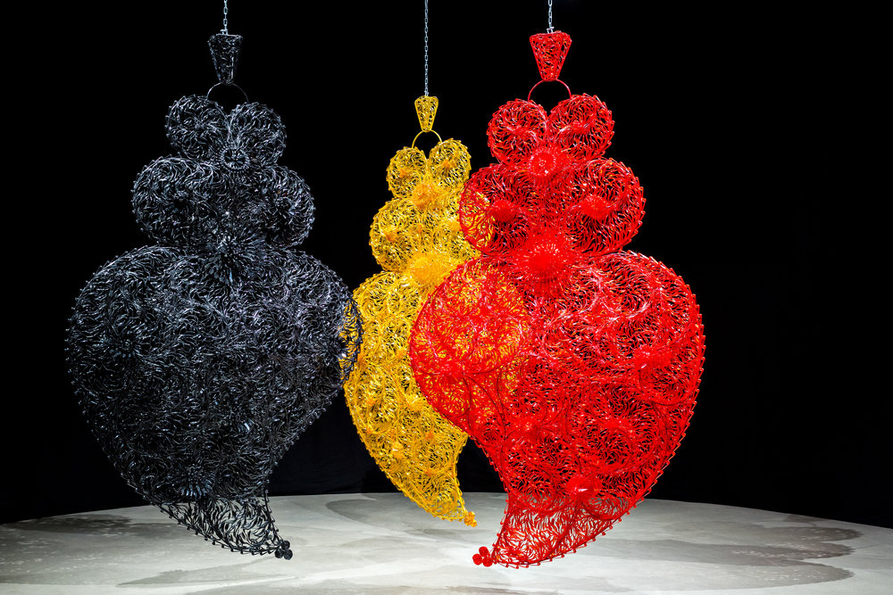 "Joana Vasconcelos, ""Black Independent Heart Golden Independent Heart Red Independent Heart"", 2004-06; Foto: Luís Vasconcelos; Courtesy Unidade Infinita Projectos"