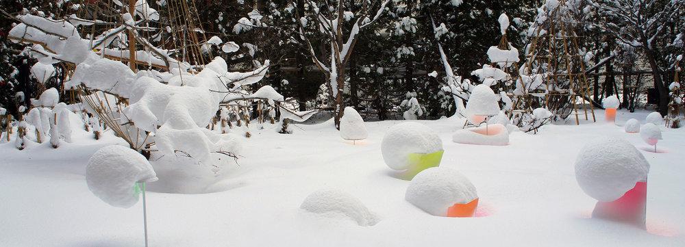 """Toshihiko Shibuya, installazione """"Snow Pallet 9"""", i colori allegri vivacizzano il paesaggio"""