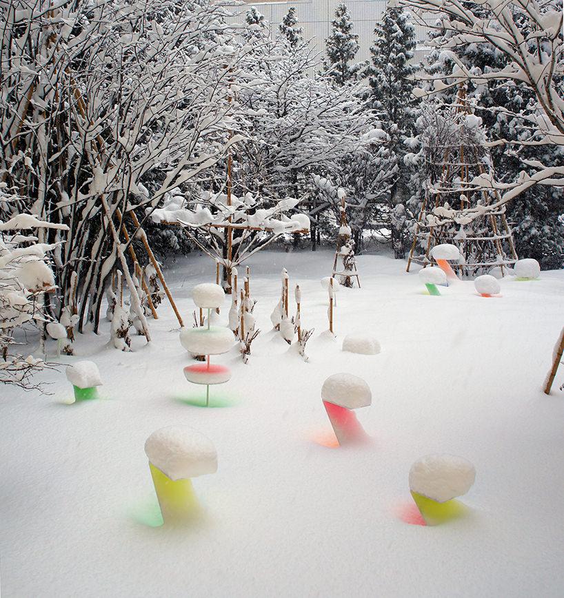"""Toshihiko Shibuya, installazione """"Snow Pallet 9"""", i colori fluorescenti si riflettono nella neve e si intensificano"""