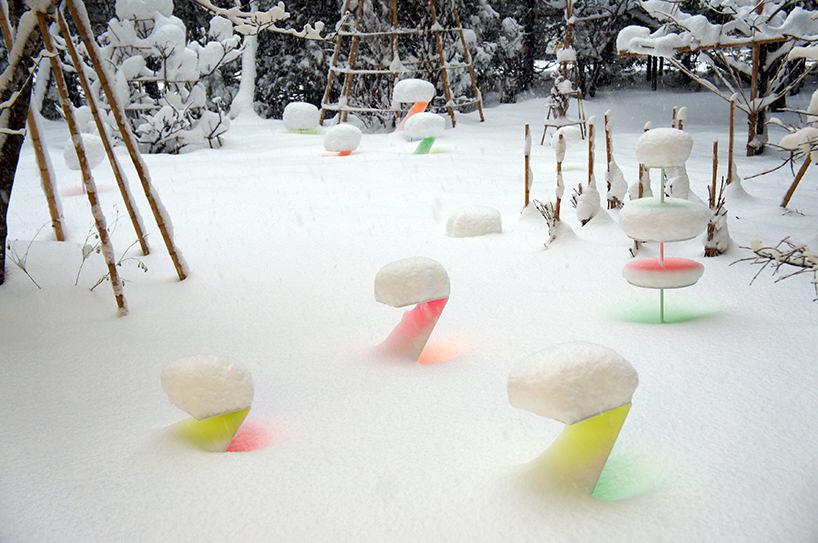 """Toshihiko Shibuya, installazione """"Snow Pallet 9"""", colorata opera di land art"""
