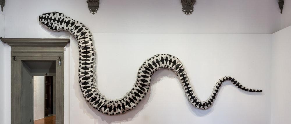 """ai weiwei, """"snake bag"""", 2008, scultura composta da 360 zaini, courtesy ai weiwei studio"""