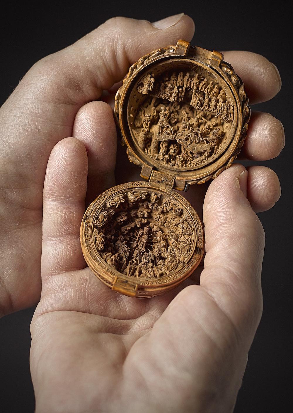 Miniatura intagliata in legno di bosso, Small wonders:gothic boxwood miniatures, foto by Craig Boyko