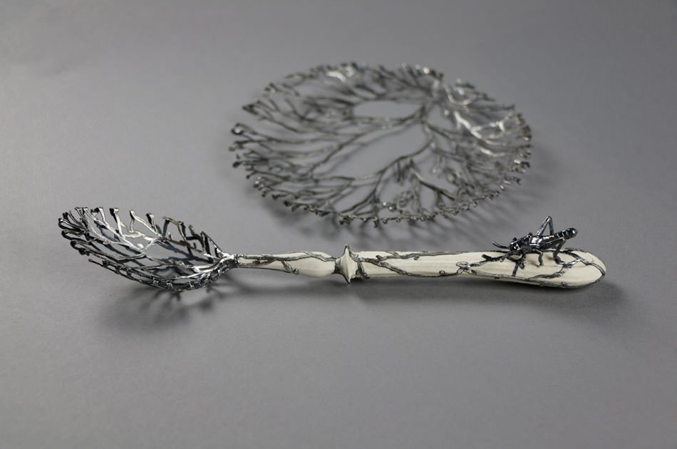 Weibke Meurer, scultura metallica in argento e porcellana