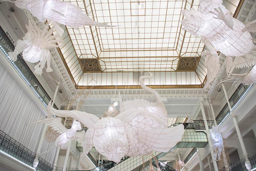 """l'installazione in legno e bamboo realizzata nel 2016 da Ai Weiwei a """"Le bon marche"""""""