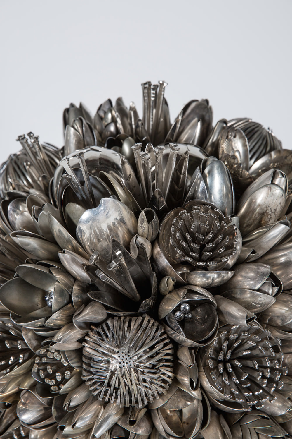 "Ann Carrington, scultura, serie ""Bouquets and butterflies"" (dettaglio)"
