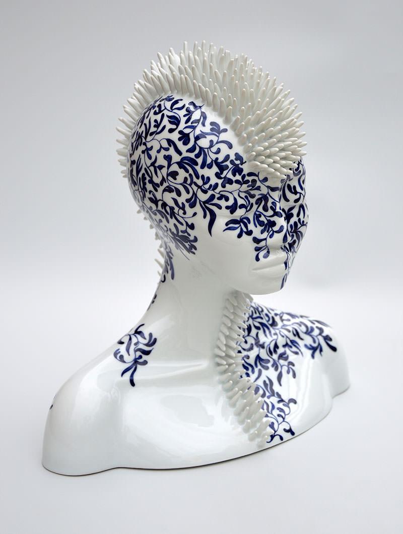 """Erinaceus concolor"", 2016. Porcellana di Limoges, smalto bianco, dipinta a mano in blu cobalto"