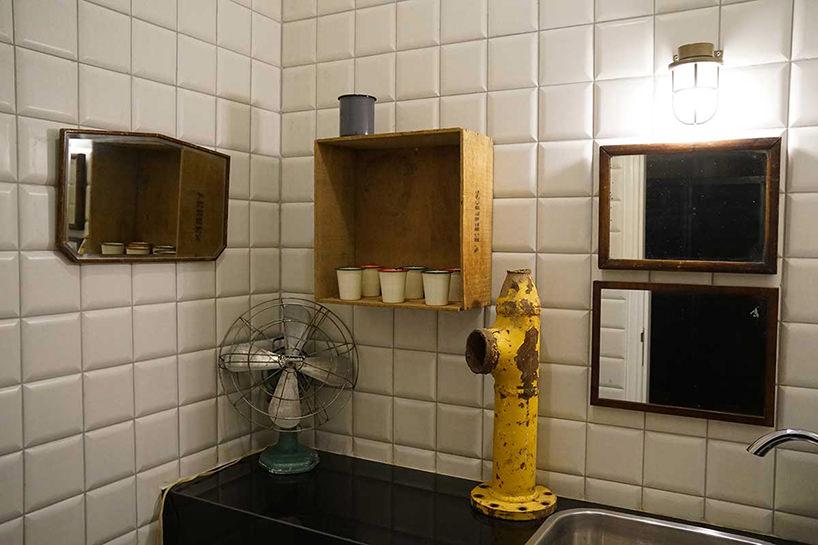il bagno condiviso delle budget rooms photo via Designboom