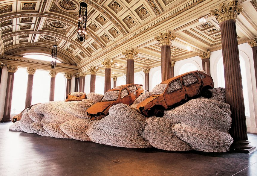 Bangers n Mash (Gallery of Modern Art, Glasgow, 2002) installazione di riviste e automobili by david mach