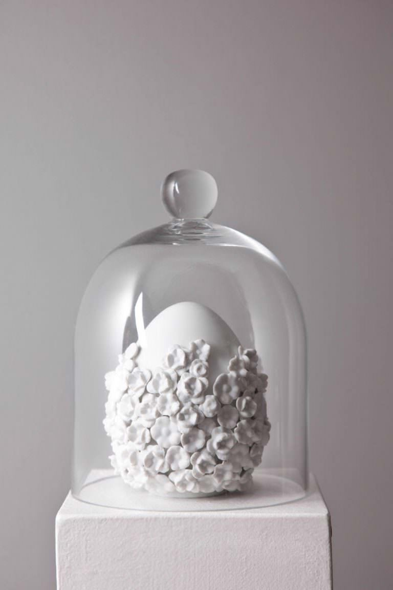 """White splendeur,"" 2017. 13x11x11 cm. Porcellana di Limoges, smalto e biscuit."