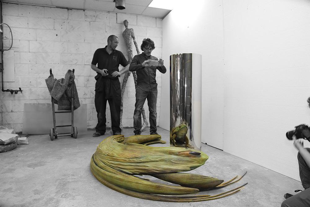 """Jonty Hurwitz, """"Giant Frog"""", 2016, scultura anamorfica"""