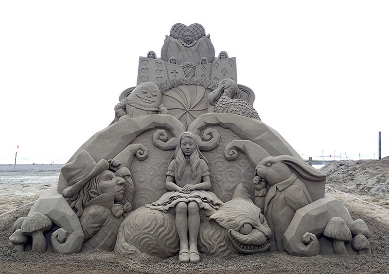 toshihiko-hosaka-alice-nel-paese-delle-meraviglie-scultura-di-sabbia