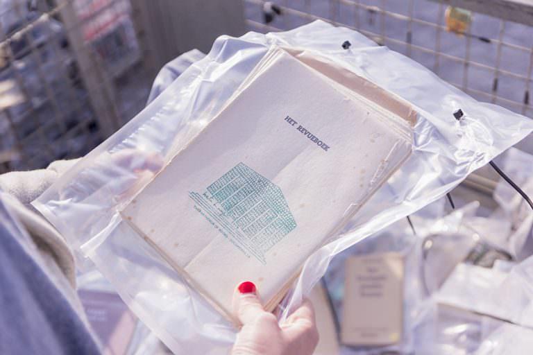 Marta Minujin, The Panthenon of books, Documenta 14, Kassel 2017, lista dei libri al bando in versione stampata, image © Maxie Fischer