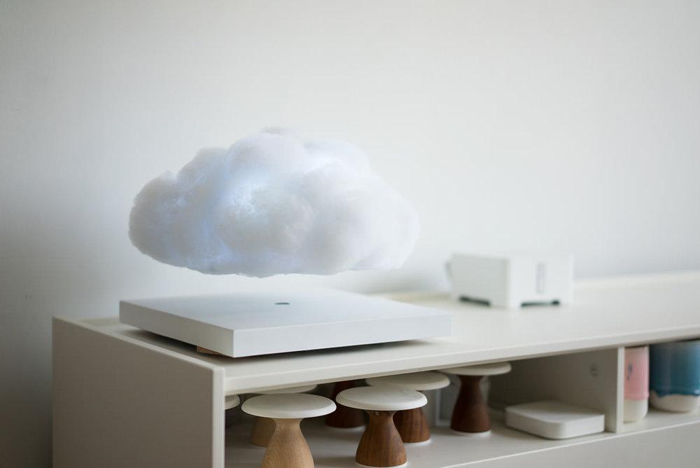 Floating cloudu d la nuvola che fa luce e vola sul comodino by