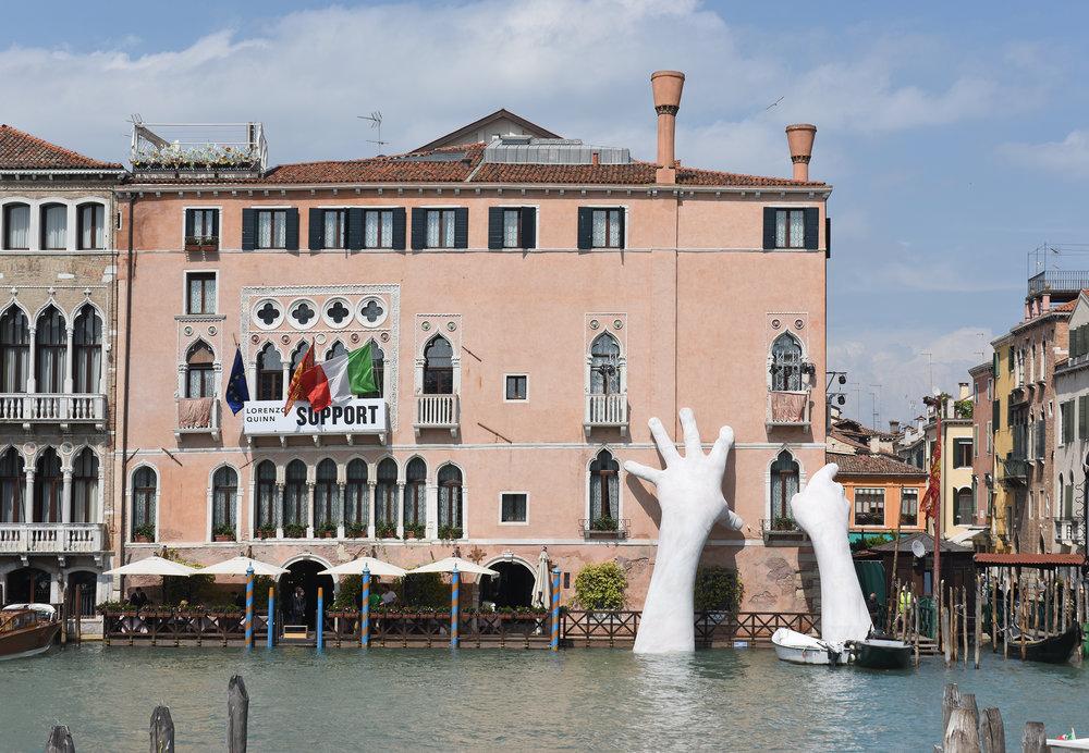 Lorenzo_Quinn_Support_Venice_20171.jpg