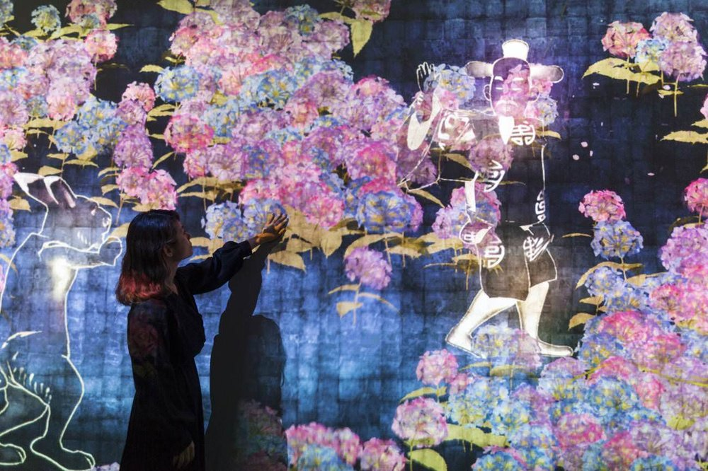 Teamlab, 'Walk, walk, walk: search, deviate, reunite', National Gallery of Singapore
