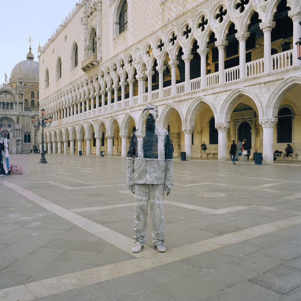 Liu Bolin, Piazza San Marco, Courtesy Boxart Verona