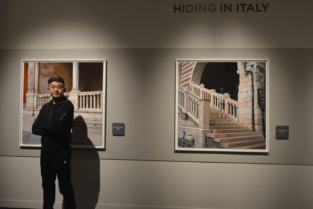 Liu Bolin alla mostra 'Liu Bolin. The invisible man'; foto Iskra Coronelli per Arthemisia
