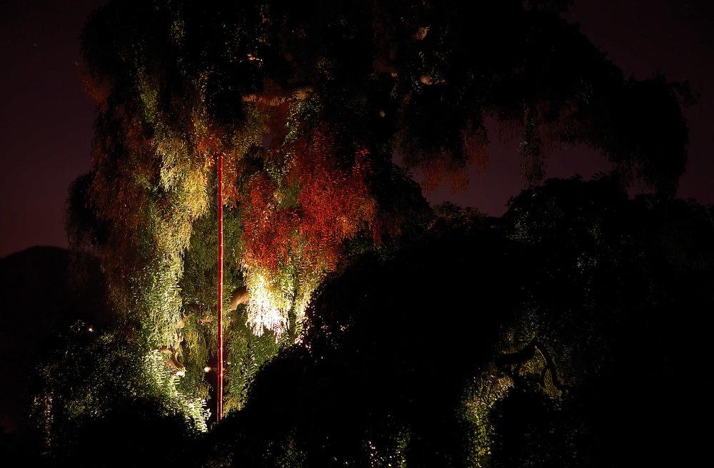 Marco Bagnoli, Ascolta il flauto di canna, 1985-2007, alluminio dipinto e impianto idraulico, h. 490 cm, diametro 9 cm, Villa La Magia, Quarrata 2007. Fotografia di Ela Bialkowska