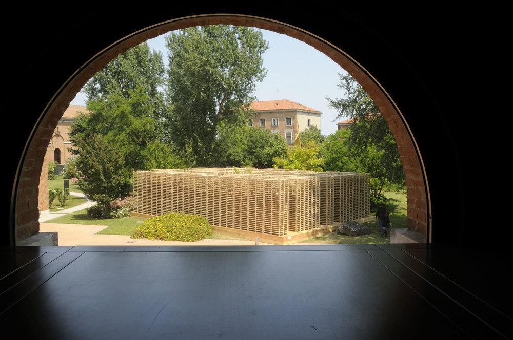 Marco Bagnoli, La Parola, 2004-2009, pallet in legno, impianto sonoro, 1040 x 1440 x 400 cm, Spazio Thetis, Arsenale Novissimo, Venezia 2009. Fotografia di Gino Di Paolo