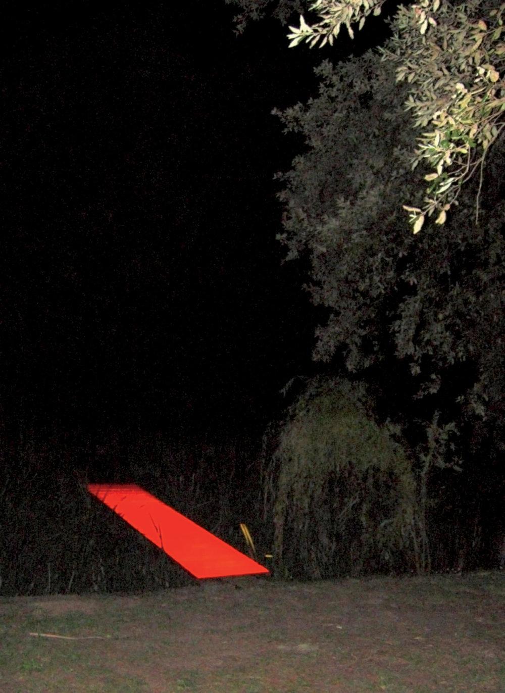Marco Bagnoli, Dacché sono io, entra, legno dipinto e proiezione di luce, 4 x 125 x 600 cm, Villa La Magia, Quarrata 2007. Fotografia di Fulvio Salvadori